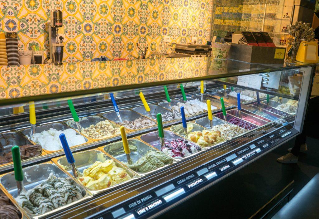Asi 20 různých příchutí zmrzliny.