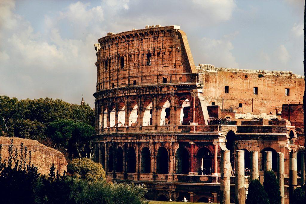 Římské Koloseum v odpoledním světle.