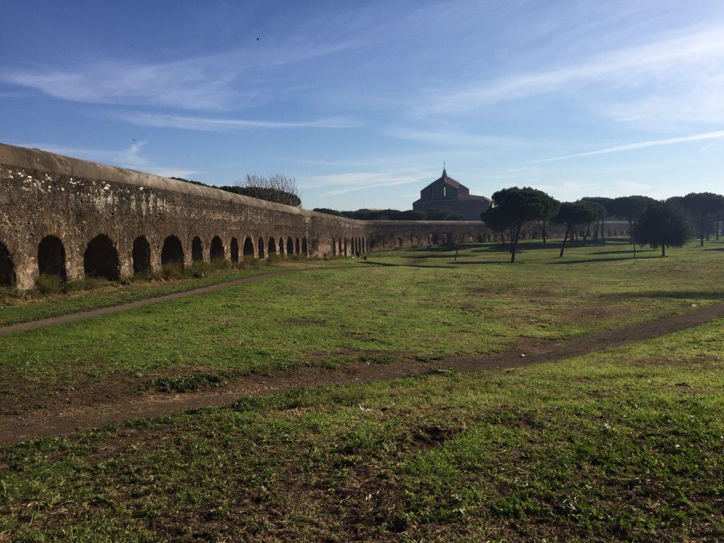 Římský park Parco degli Acquedotti s pozůstatky dáných římských akvaduktů. Pohled na jeden z nich.