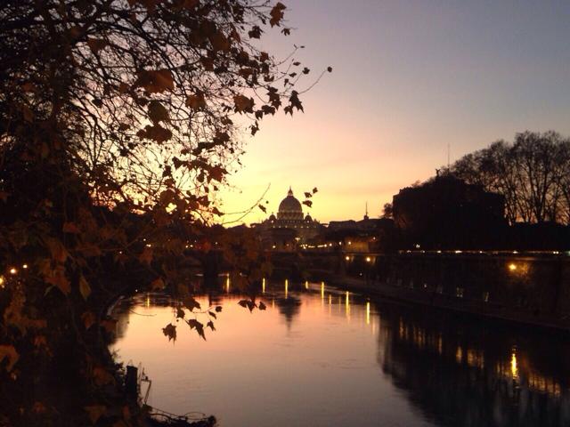 Řím při romantickém západu Slunce. Pohled od řeky Tibery (Tevere).
