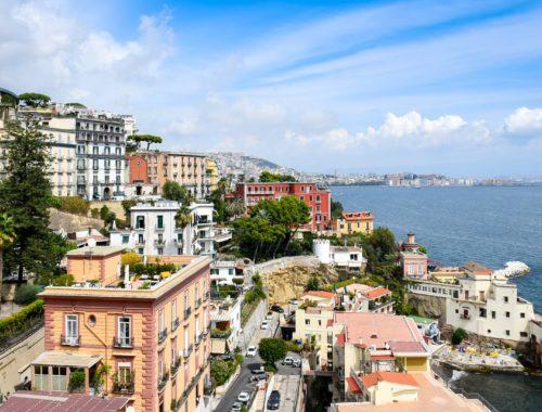 Neapol - domy na mořském pobřeží