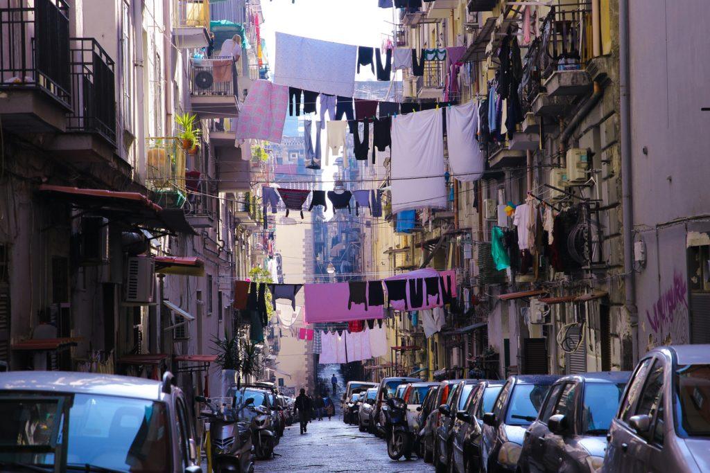 Neapolská ulice, plná aut a prádla