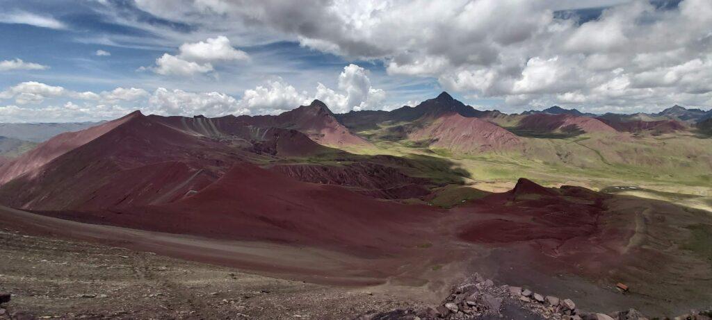 Červené údolí, nádherné místo plné hor a krásných barev.