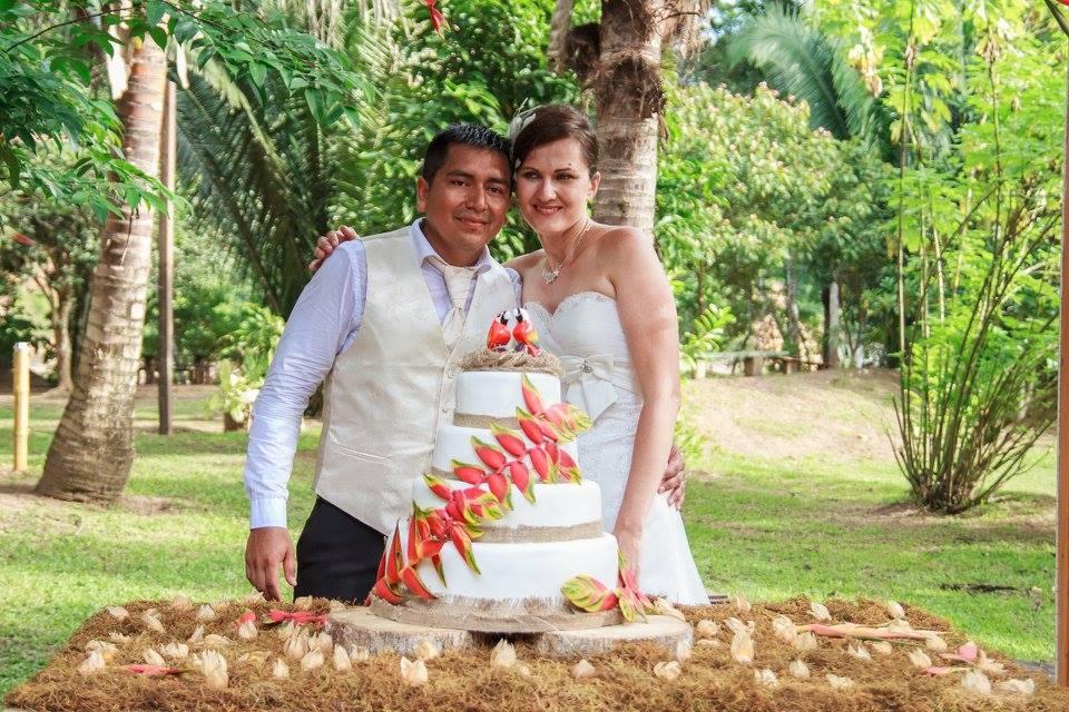 Zuzka se vdává s manželem v džungli, v popředí třípatrový dort s papoušky.