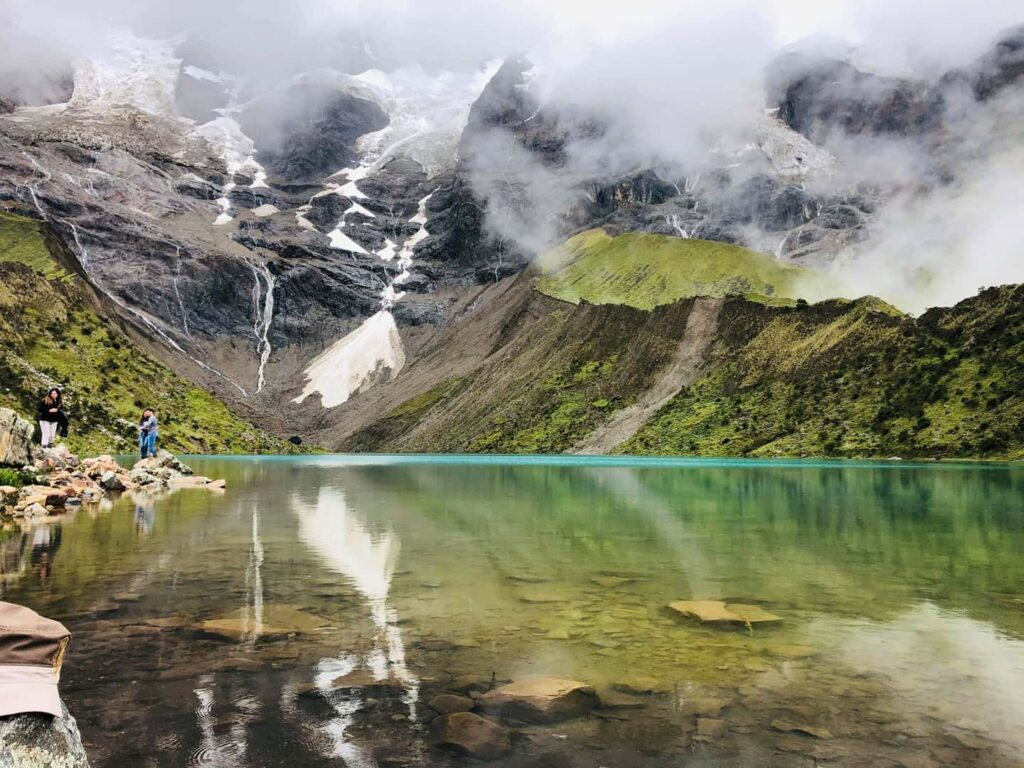 Jezero Humantay, usazené mezi horami. Krásná průzračná voda.