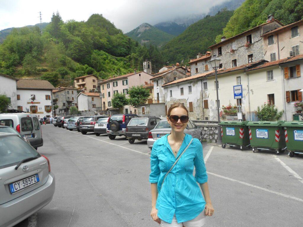 Lucie v malebném městečku pod horami.