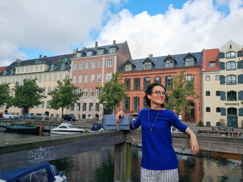 Lucie u mostu přes řeku, v pozadí typické domečky Holandska.