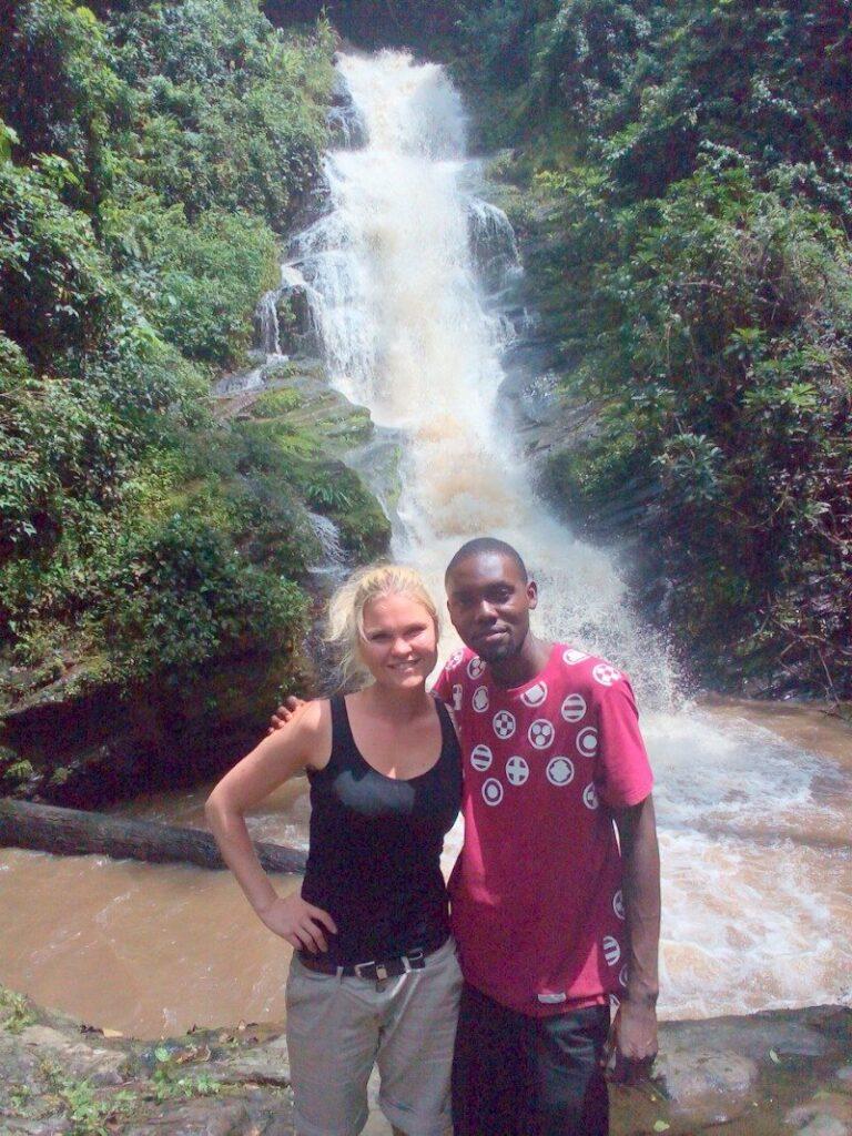 Oba manželé u vodopádu.