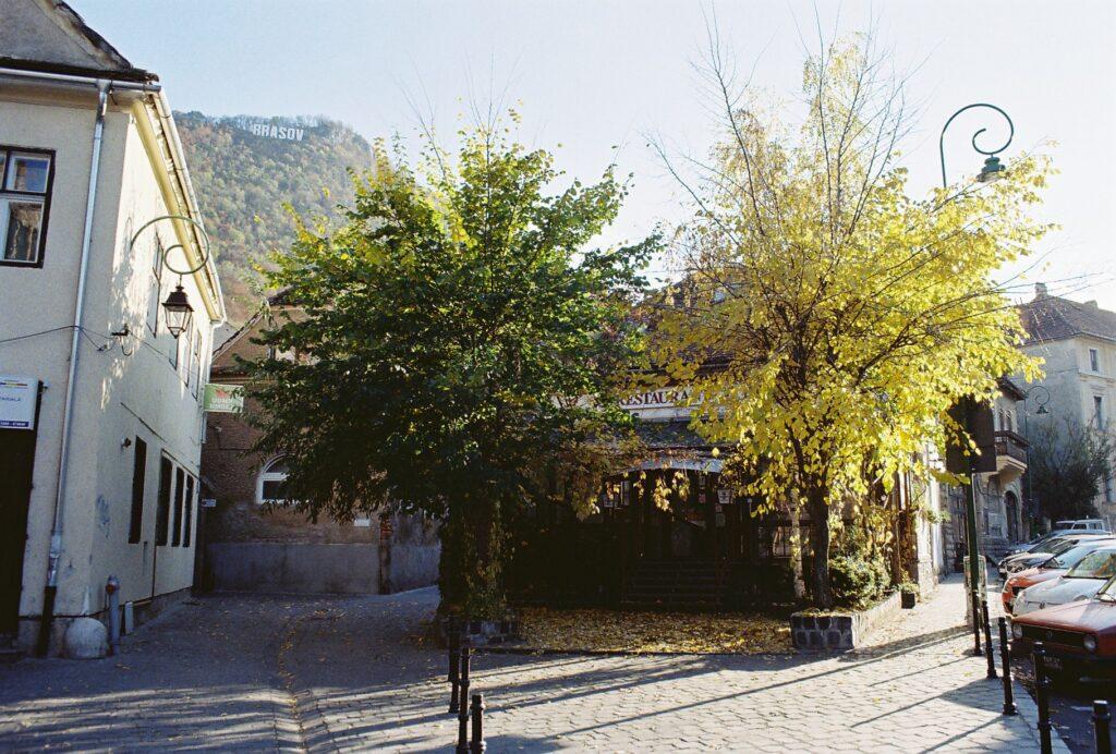 Poled na město Brasov - ulice v podzimních barvách.