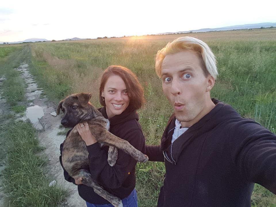 Manželé na polní cestě, Júlia v náručí drží štěně.