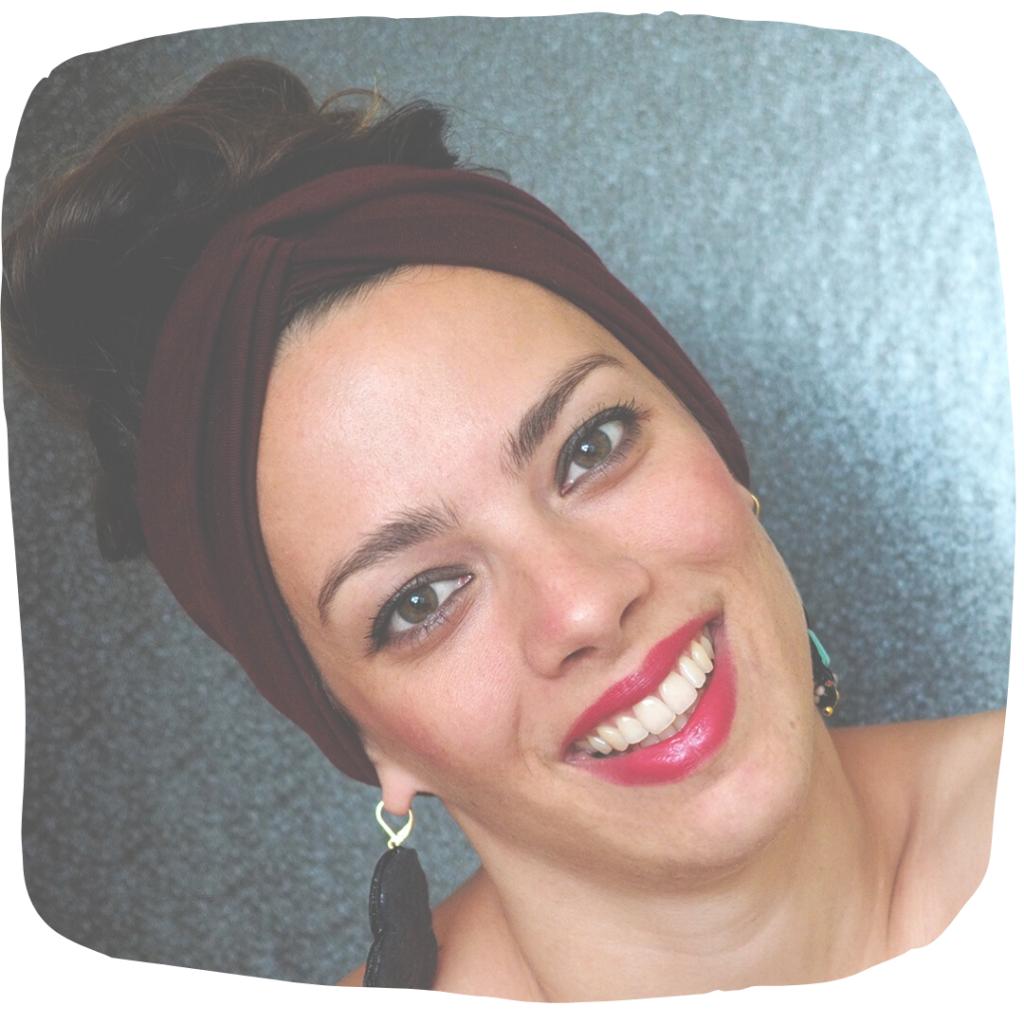 Júlia Szekely na portrétní fotografii s hnědou stužku ve vlasech.