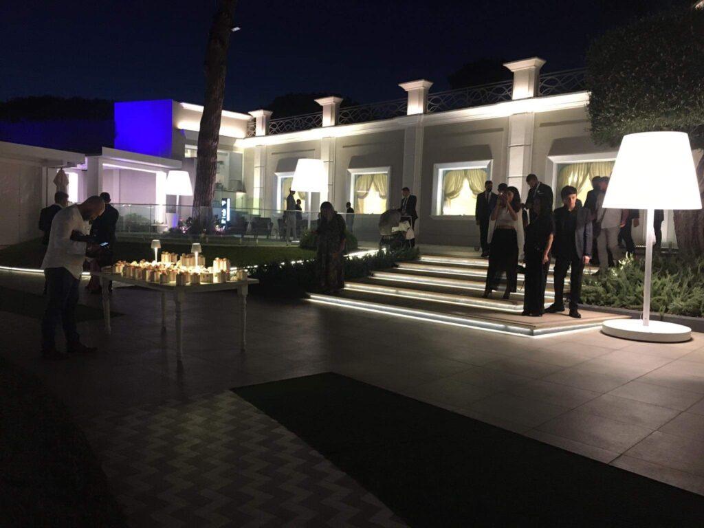 Pohled na vilu a bomboniery na italské svatbě.