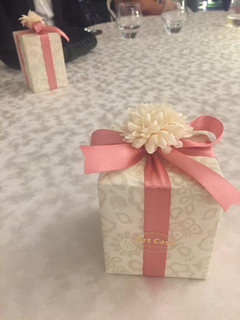 Italská bomboniera s drobným dárečkem a bonbony pro hosty.