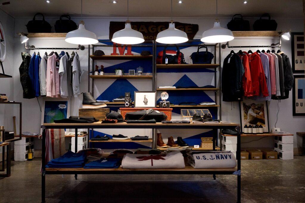Obchod s oděvy a kabelkami, na policích i zajímavé doplňky.