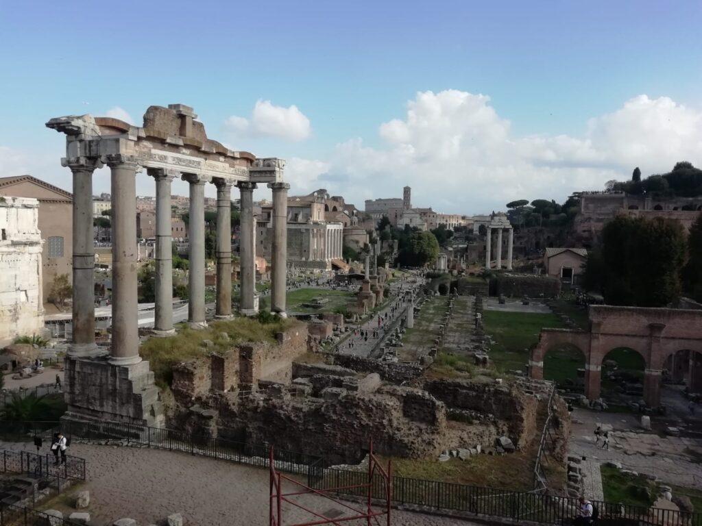 Pohled na část římských fór v centru města.