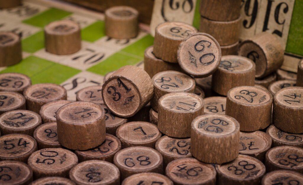 Kulatá čísla, vyrobená ze dřeva, používaná pro tombolu a jiné hry.