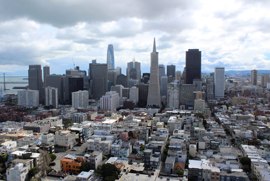 Pohled na San Francisco za oblačného dne.