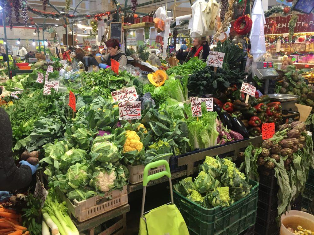 Italský krytý trh se zeleninou - různé druhy květáků, artyčoky, dýně, papriky a další.