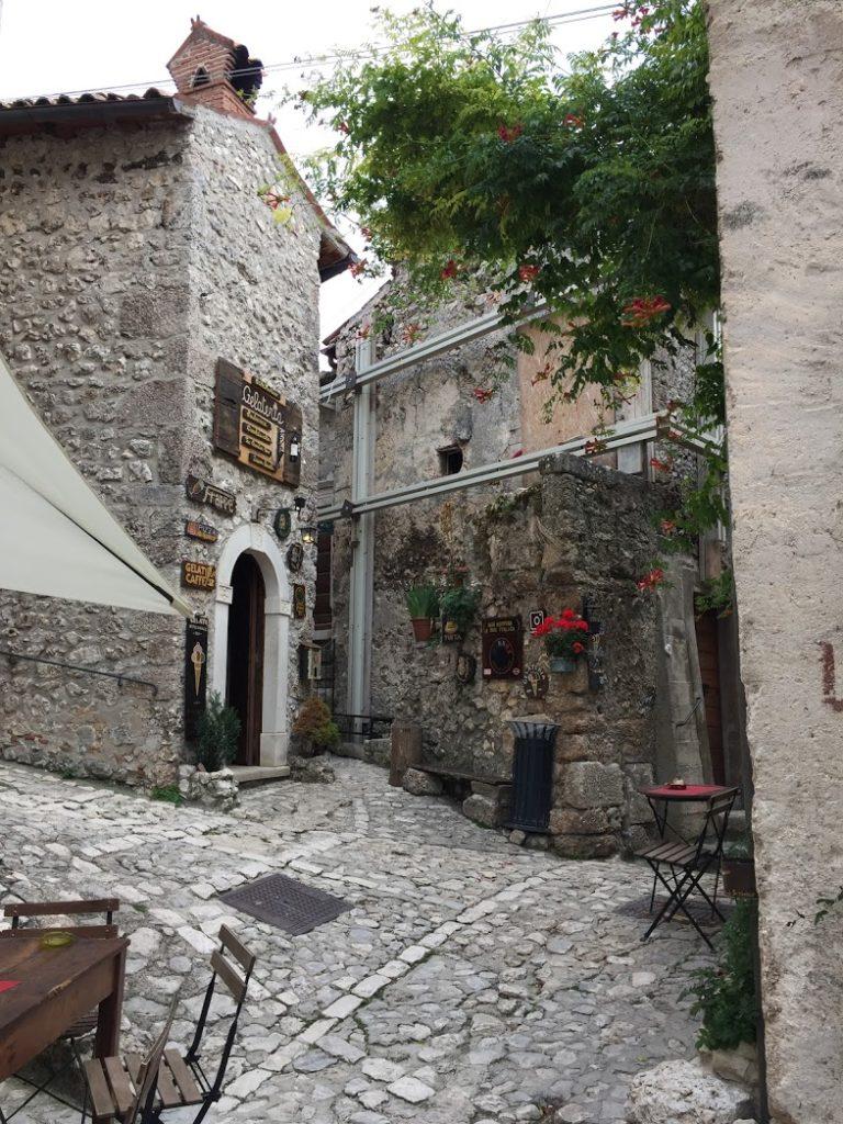 Zákoutí malebného městečka střední Itálie se zmrzlinárnou.