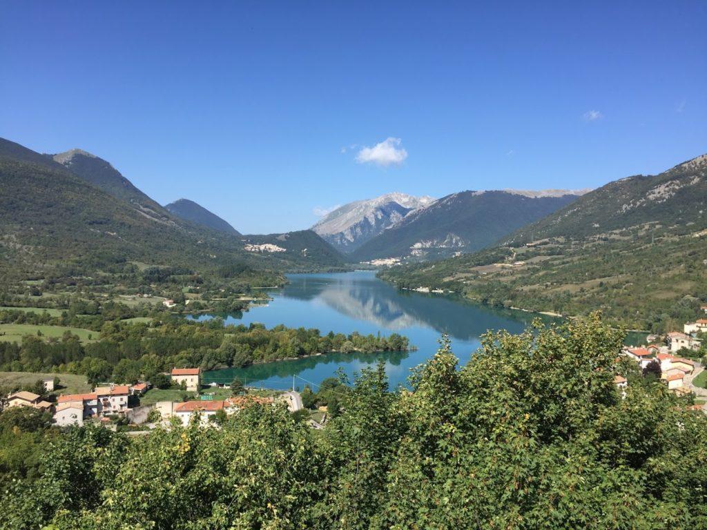 Jezero střední Itálie - Lago di Barrea, ve kterém se odráží okolní hory.