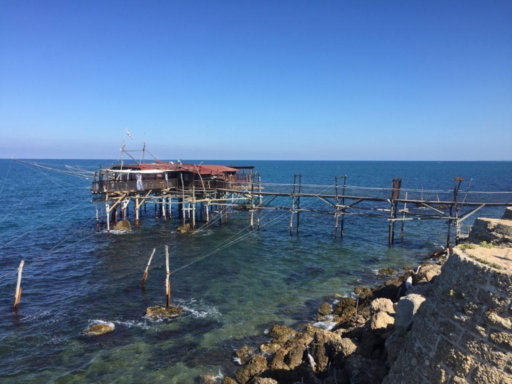 Trabocco - historické zařízení, určené k lovu ryb, umístěné přímo na moři