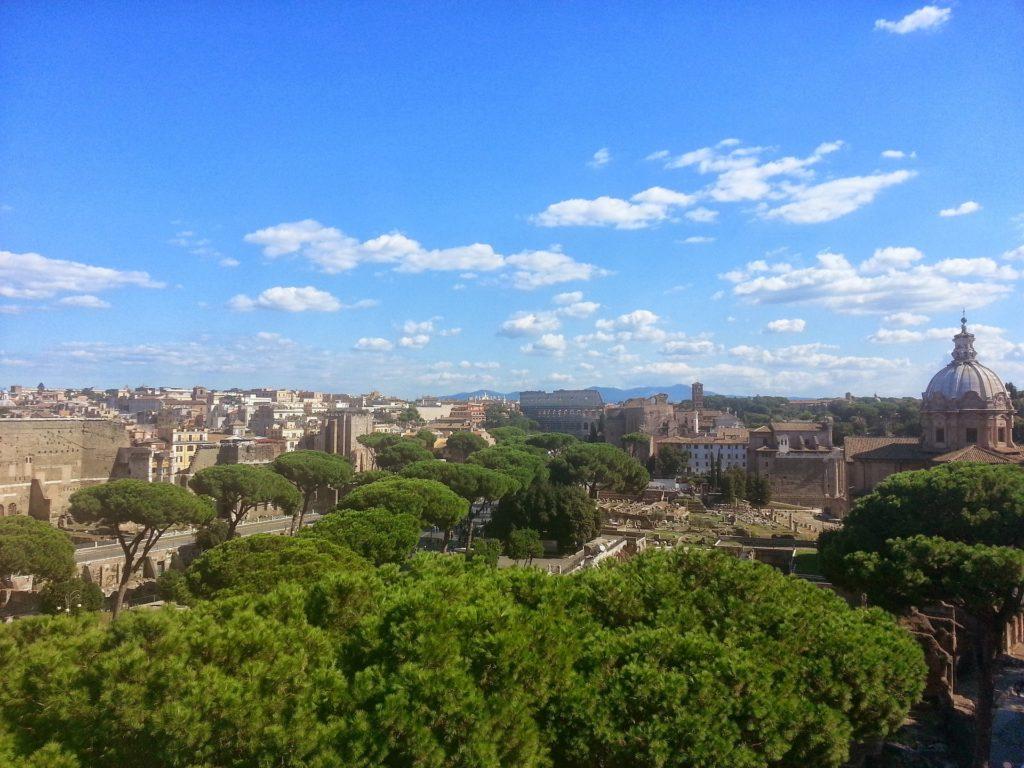 Pohled na Řím a jeho zeleň přímo v centru. V popředí borovice přímořské, typické pro toto město.