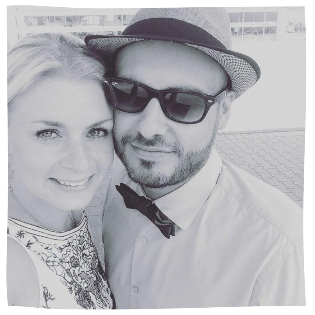 Míša Šticová se svým přítelem Marcem, oblečeni do slavnostního.