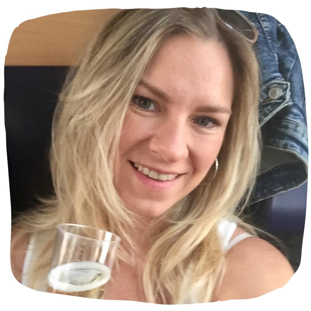 Medailonková fotka Dity se sklenicí alkoholu.