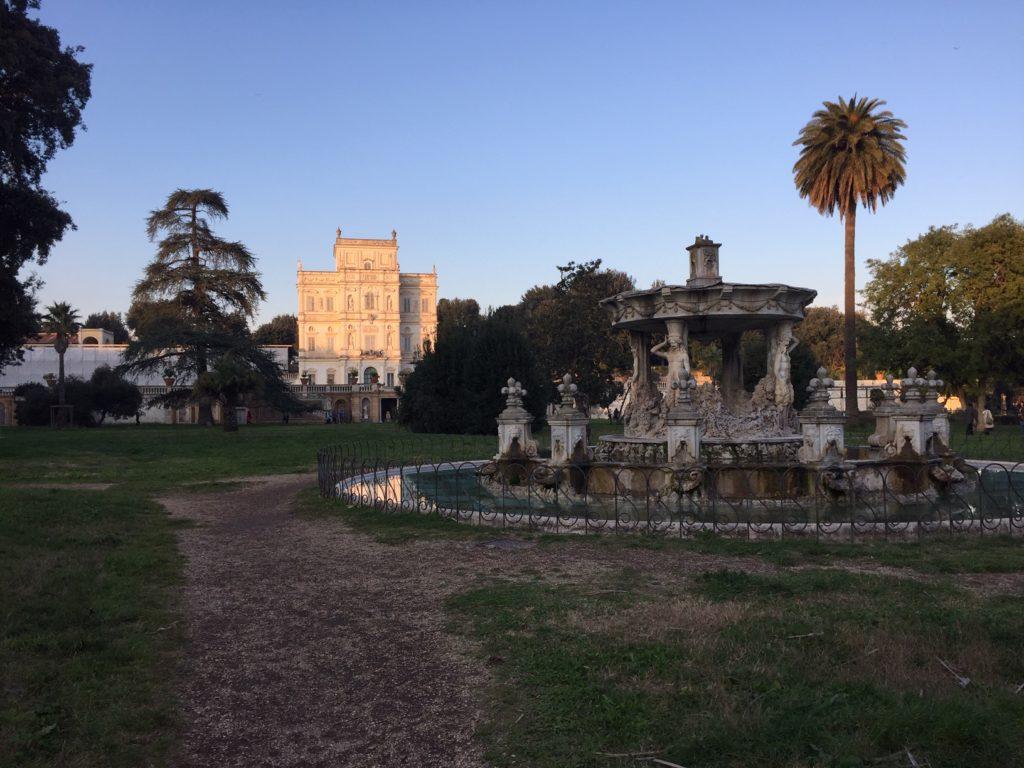 Římský park Villa Pamphili s pohledem na fontánu a vilu.