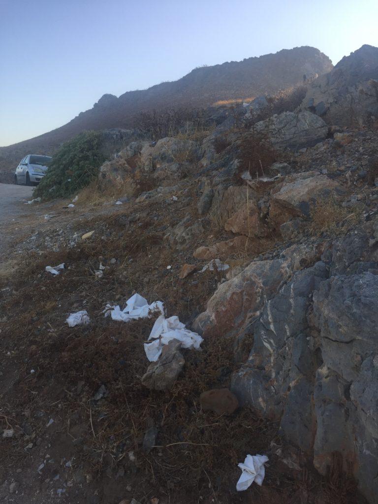 odpadky, papír, poházené v přírodě