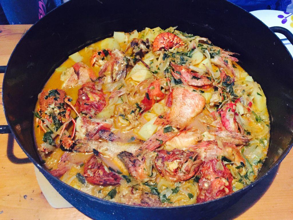 Brujet, tradiční pokrm Chorvatska se zeleninou a rybami, v hrnci.