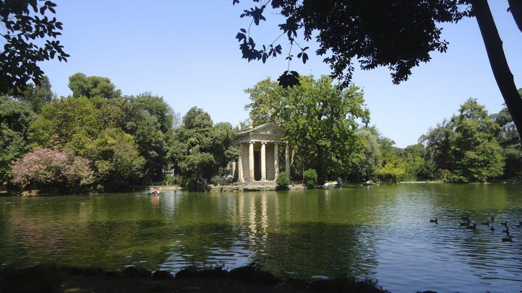 Fotografie z římského parku Villa Borghese, pohled na jezírko.