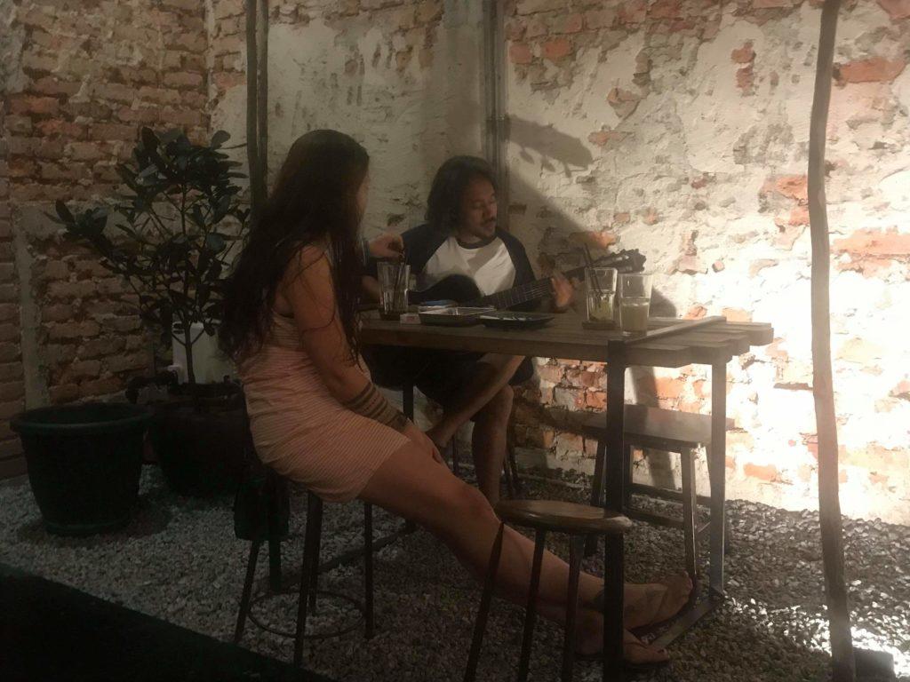 Malajsko-český pár, přítel Lenky Gazdové hraje doma na kytaru.
