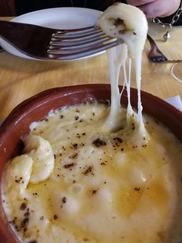 Dobrota s lanýžem, zapečená s italským sýrem scamorza.