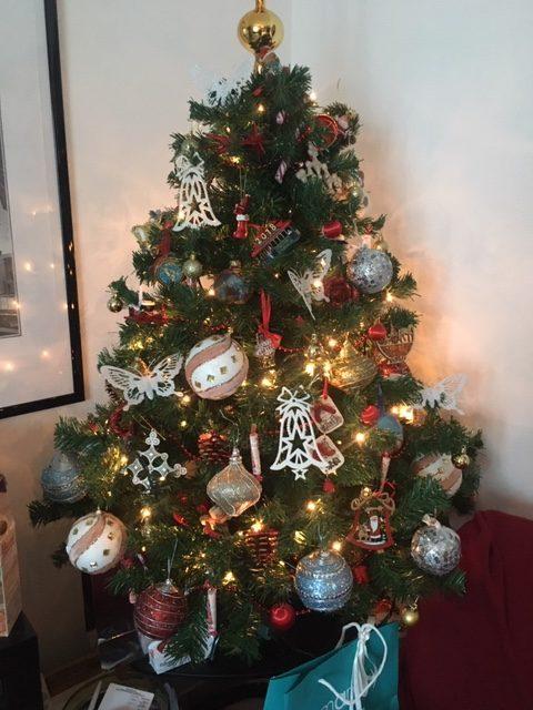 umělý vánoční stromeček s velkými ozdobami