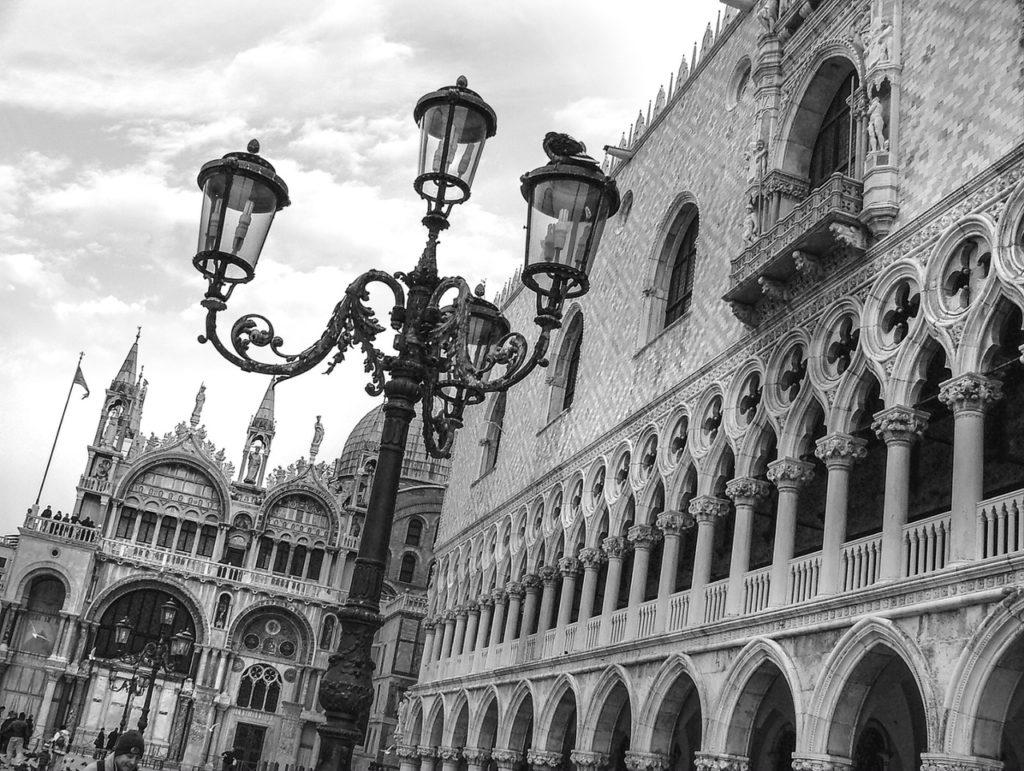 fotka benátského kandelábru a náměstí