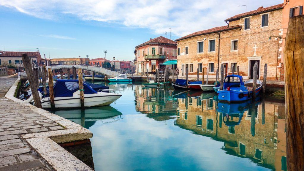 kanál, loňdky a domy ostrova Murano