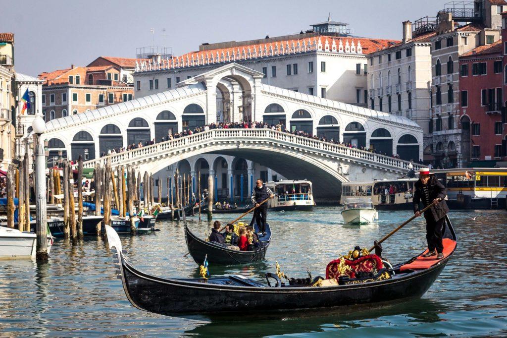 most Rialto se dvěma gondolami