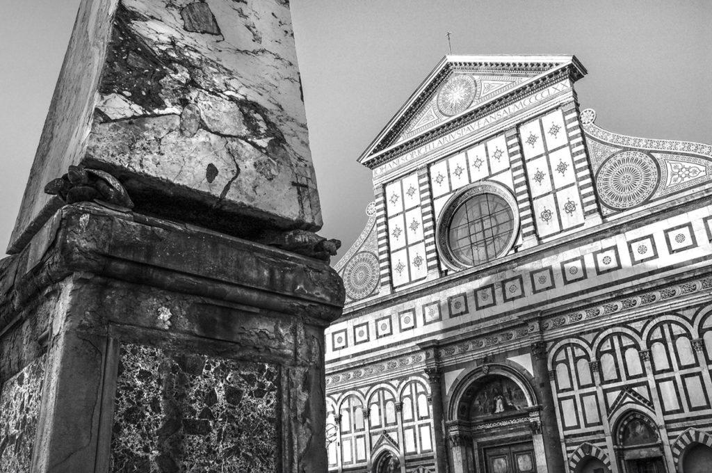 Pohled na Florencii, jeden z kostelů, černobílá fotka
