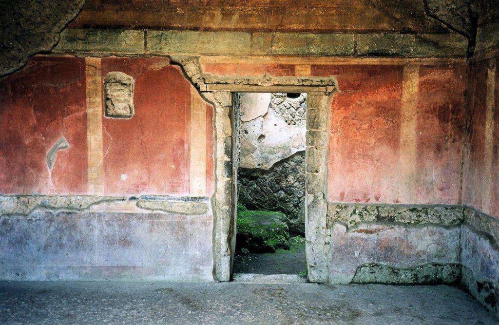Pompejské budovy se zachovanou pompejskou červenou barvou