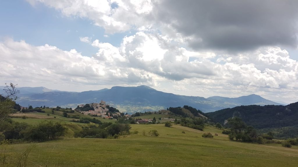 Krajina v italském kraji Abruzzi a jedno z místních městeček uprostřed přírody.