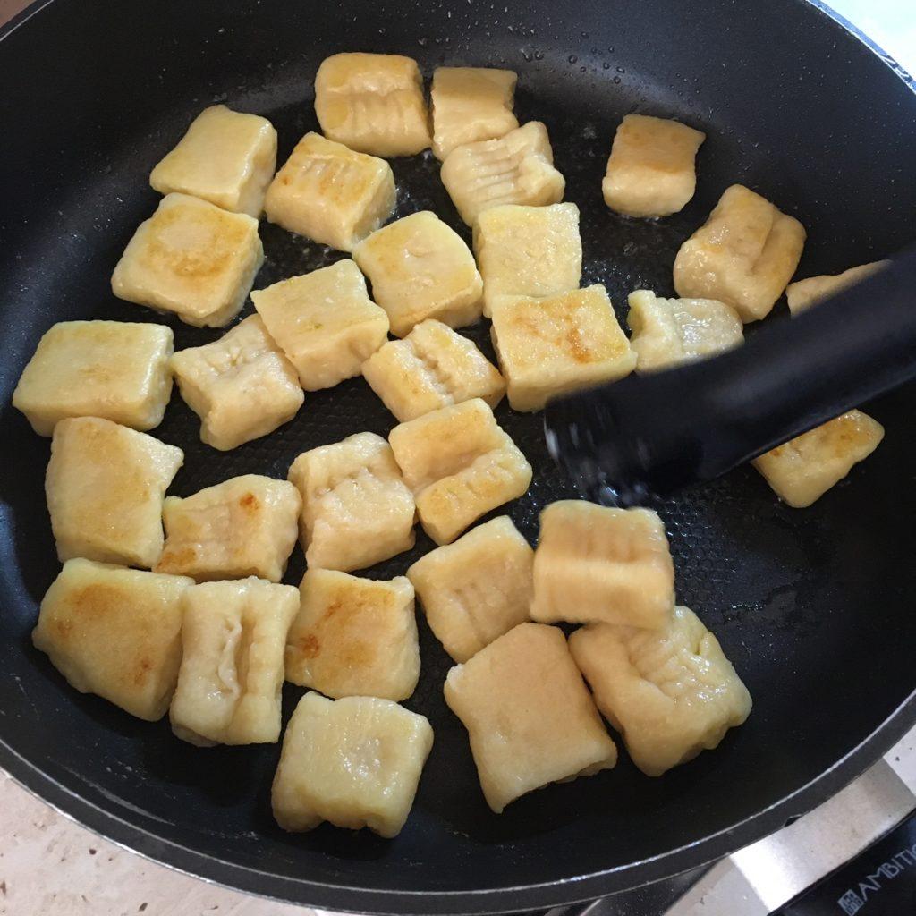 Už uvařené nočky, lehce smažené na pánvi na kousku másla.