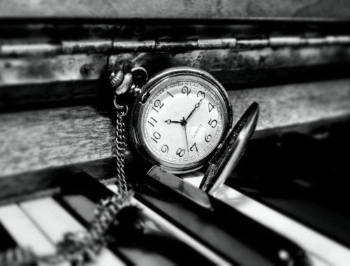 piano s kapesními hodinkami černobílé