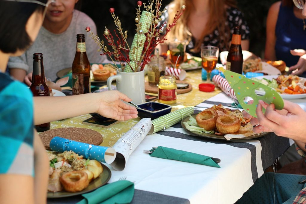 oslava s kamarády u stolu s jídlem