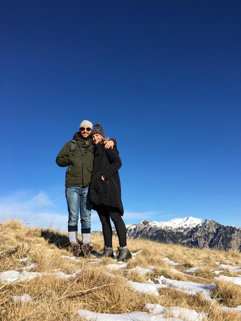 Barča a Marco na výletě, na pozadí zasněžený vrcholek hor
