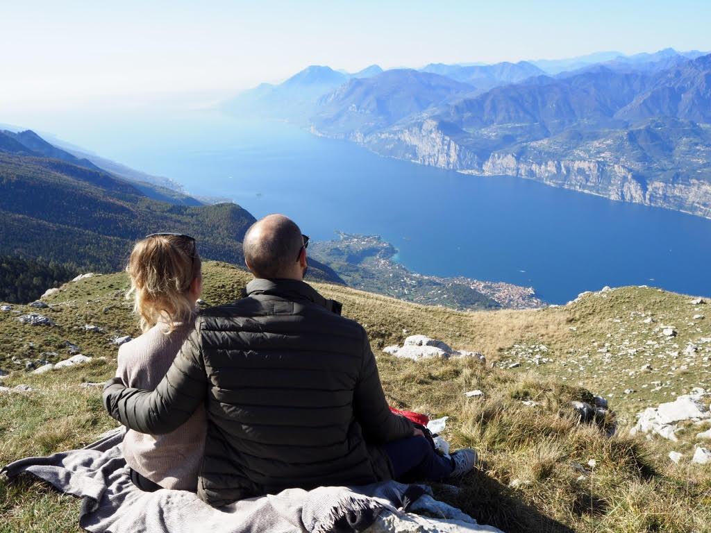Barča a Marco koukají z kopečku na jezero a okolní kopce.