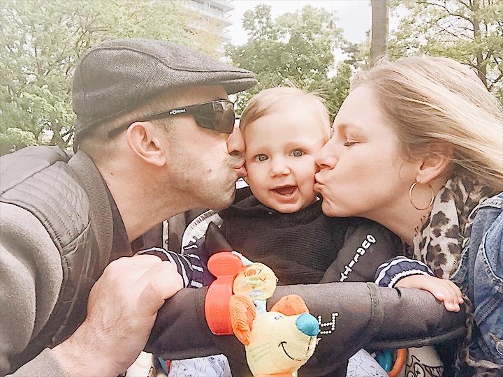 Dita Lendvayová s chorvatským přítelem a dítětem venku v přírodě.