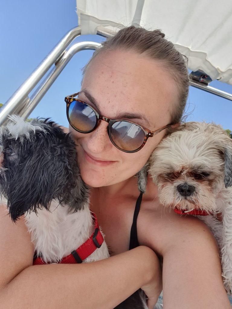 Barbora Gemmelová se svými pejsky na výletu na lodi.