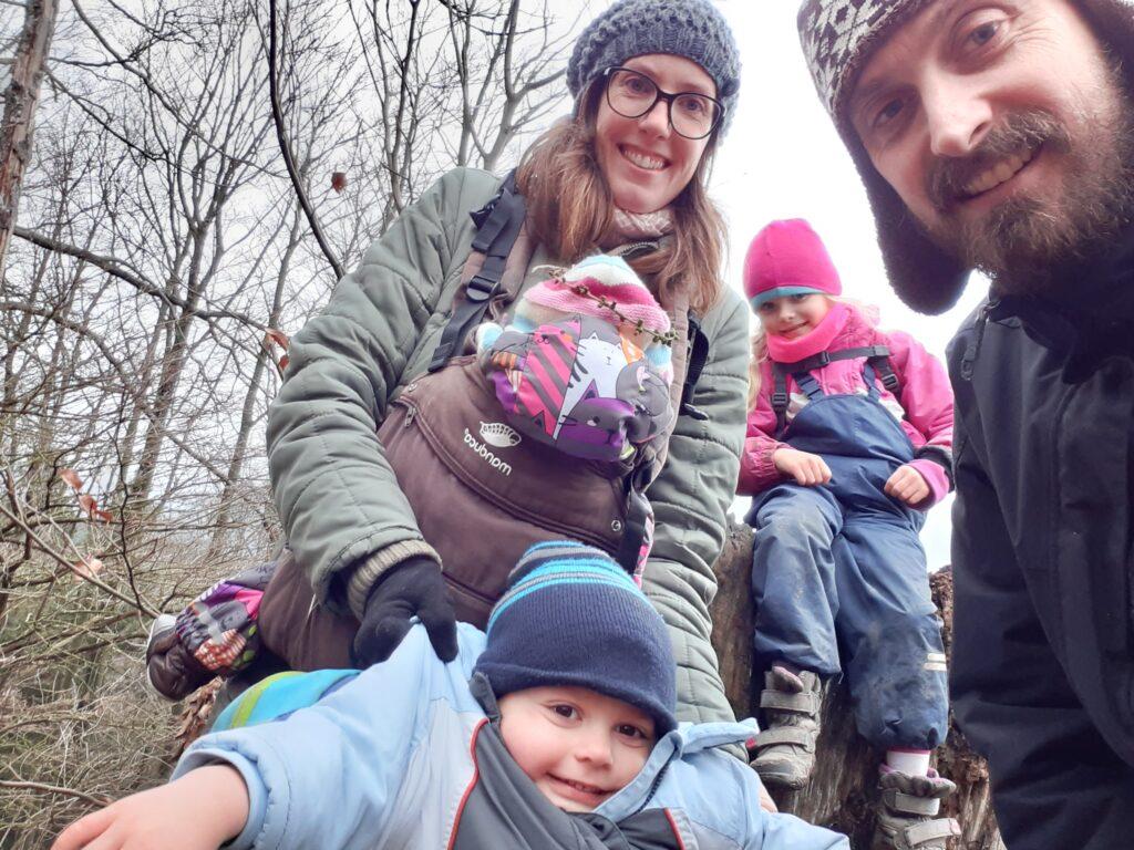 Dana Lund s anglickým mužem a svými 3 dětmi.