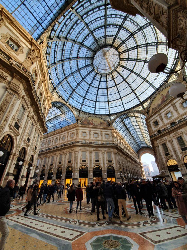Pohled na kopuli jednoho z nákupních center Milána.